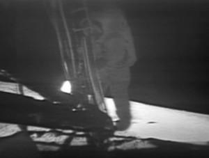 apollo_11_armstrong_on_moon-580x440